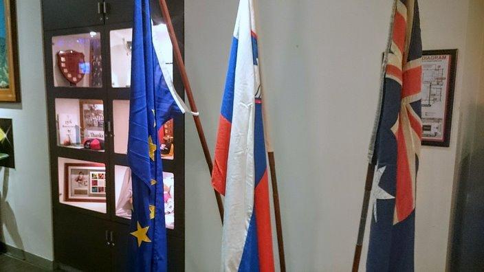 Avstralska, slovenska in evropska zastava v recepciji Kluba Triglav v Sydneyu.