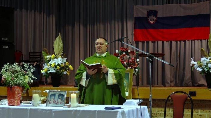 p Darko Žnidaršič daruje sv. mašo pri Slovenskem društvu Sydney v letu 2016