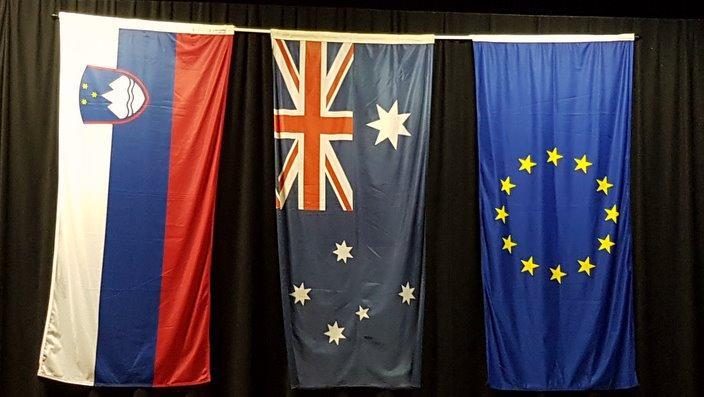 Zastave Republike Slovenije, Avstralije in Evropske Unije v dvorani Slovenskega Misjona v Kewju