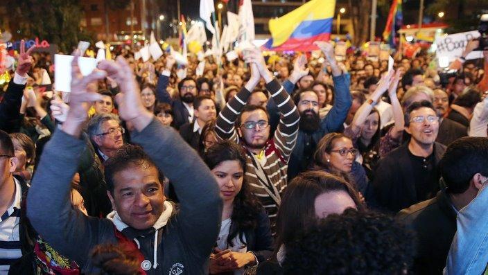Colombianos celebran anuncio del gobierno