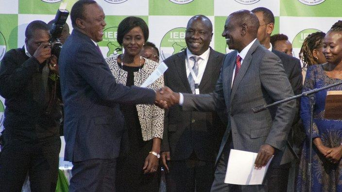 Rais Mteule wa Kenya Uhuru Kenyatta na makamu wake William Ruto wapokea hati zakuongoza taifa katika ukumbi wa Bomas of Kenya