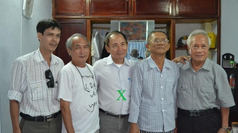 Ông Kha Lương Ngãi (đứng giữa) trong một lầnđến thăm một người tù lương tâm được tha