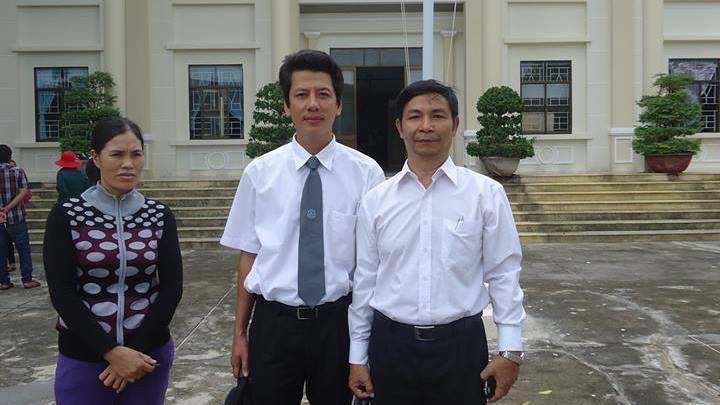 LS. Võ An Đôn (T) và LS.Nguyễn Khả Thành (P) trước Tòa án La Gi với một trong các nữ bị cáo